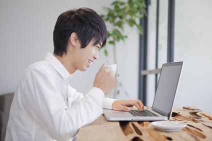 パソコンで利用明細を見る男性